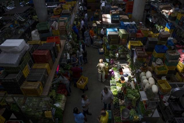 CAR14 - CARACAS (VENEZUELA), 02/11/2017 - Un grupo de personas hace compras en un mercado popular hoy, 2 de noviembre del 2017, en Maracaibo (Venezuela). Venezuela registró este mes de octubre una inflación del 50,6 %, respecto del mes anterior, entrando técnicamente en hiperinflación al rebasar por primera vez en su historia el umbral del 50 % que define este último concepto. EFE/MIGUEL GUTIÉRREZ