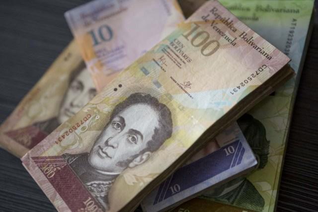 CAR01. CARACAS (VENEZUELA), 02/11/2017.- Fotografía de billetes venezolanos hoy, jueves 2 de noviembre de 2017, en Maracaibo (Venezuela). Venezuela registró este mes de octubre una inflación del 50,6 %, respecto del mes anterior, entrando técnicamente en hiperinflación al rebasar por primera vez en su historia el umbral del 50 % que define este último concepto. EFE/Miguel Gutiérrez