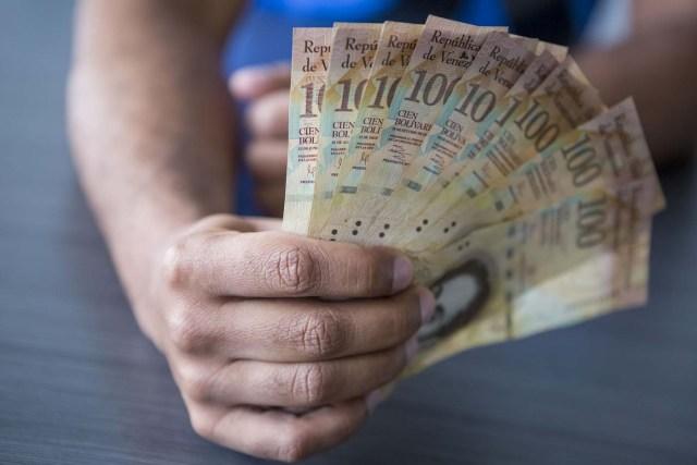 CAR02. CARACAS (VENEZUELA), 02/11/2017.- Fotografía de billetes venezolanos hoy, jueves 2 de noviembre de 2017, en Caracas (Venezuela). Venezuela registró este mes de octubre una inflación del 50,6 %, respecto del mes anterior, entrando técnicamente en hiperinflación al rebasar por primera vez en su historia el umbral del 50 % que define este último concepto. EFE/Miguel Gutiérrez