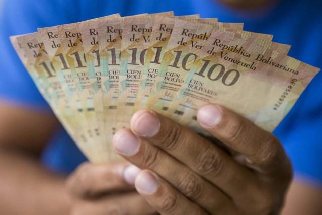 CAR03. CARACAS (VENEZUELA), 02/11/2017.- Fotografía de billetes venezolanos hoy, jueves 2 de noviembre de 2017, en Caracas (Venezuela). Venezuela registró este mes de octubre una inflación del 50,6 %, respecto del mes anterior, entrando técnicamente en hiperinflación al rebasar por primera vez en su historia el umbral del 50 % que define este último concepto. EFE/Miguel Gutiérrez