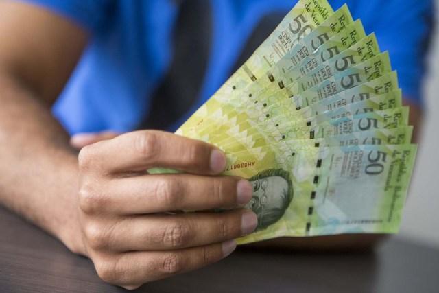 CAR04. CARACAS (VENEZUELA), 02/11/2017.- Fotografía de billetes venezolanos hoy, jueves 2 de noviembre de 2017, en Caracas (Venezuela). Venezuela registró este mes de octubre una inflación del 50,6 %, respecto del mes anterior, entrando técnicamente en hiperinflación al rebasar por primera vez en su historia el umbral del 50 % que define este último concepto. EFE/Miguel Gutiérrez