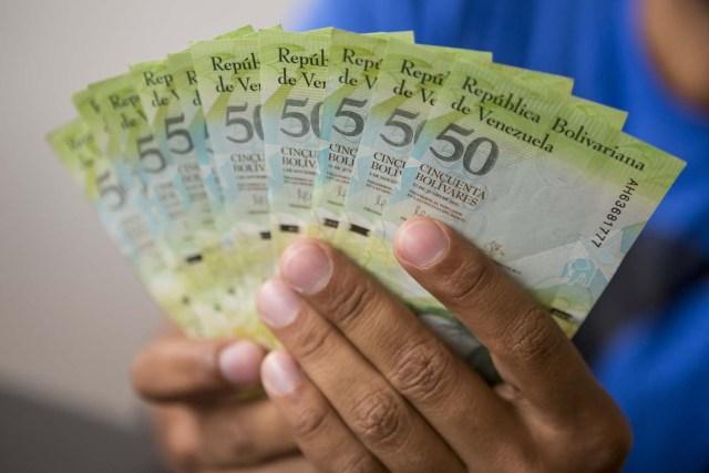 CAR05. CARACAS (VENEZUELA), 02/11/2017.- Fotografía de billetes venezolanos hoy, jueves 2 de noviembre de 2017, en Caracas (Venezuela). Venezuela registró este mes de octubre una inflación del 50,6 %, respecto del mes anterior, entrando técnicamente en hiperinflación al rebasar por primera vez en su historia el umbral del 50 % que define este último concepto. EFE/Miguel Gutiérrez