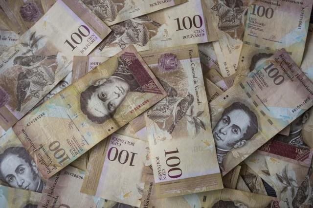 CAR06. CARACAS (VENEZUELA), 02/11/2017.- Fotografía de billetes venezolanos hoy, jueves 2 de noviembre de 2017, en Caracas (Venezuela). Venezuela registró este mes de octubre una inflación del 50,6 %, respecto del mes anterior, entrando técnicamente en hiperinflación al rebasar por primera vez en su historia el umbral del 50 % que define este último concepto. EFE/Miguel Gutiérrez