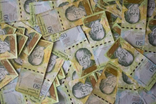 CAR07. CARACAS (VENEZUELA), 02/11/2017.- Fotografía de billetes venezolanos hoy, jueves 2 de noviembre de 2017, en Caracas (Venezuela). Venezuela registró este mes de octubre una inflación del 50,6 %, respecto del mes anterior, entrando técnicamente en hiperinflación al rebasar por primera vez en su historia el umbral del 50 % que define este último concepto. EFE/Miguel Gutiérrez