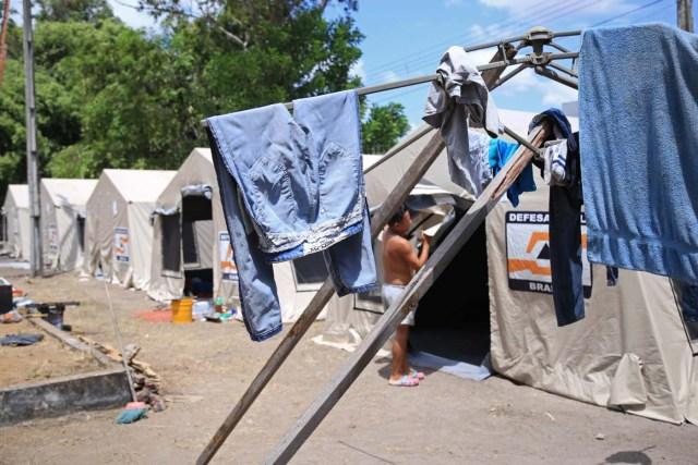 ACOMPAÑA CRÓNICA BRASIL VENEZUELA / BRA01 BOA VISTA (BRASIL), 2/11/2017.- Fotografìa del 01 de noviembre de 2017, de un campamento del Gobierno brasileño para los venezolanos que han migrado a la ciudad de Boa Vista, en el estado de Roraima (Brasil). Miles de venezolanos dejan su país en busca de una nueva vida en Brasil, en áreas como el estado amazónico de Roraima, una deprimida región del norte que ha pedido ayuda al Gobierno de Michel Temer para afrontar la avalancha de solicitudes de refugio recibidas en el último año. EFE / GILDO JUNIOR