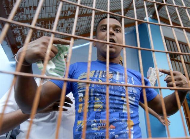 Uno de los 6 acusados de violar a una monja de 71 años y robar en su convento en marzo de 2015 sale del juicio en Calcuta (India), hoy 7 de noviembre de 2017. La corte encarceló a uno de ellos por la violación y a los otros 5 por conspiración y robo con violencia, informaron medios locales. EFE/ Piyal Adhikary