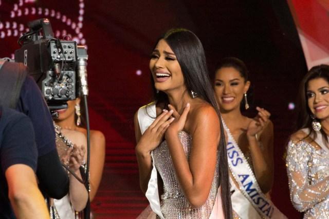 CAR001. CARACAS (VENEZUELA), 09/11/2017. La morena Sthefany Gutiérrez (c), representante del estado Delta Amacuro (noreste), se corona como la reina del certamen de belleza nacional Miss Venezuela hoy, jueves 09 de noviembre del 2017, en la ciudad de Caracas (Venezuela). Gutiérrez recibió la corona de la también morena Keisy Sayago, que partirá en los próximos días a Estados Unidos para representar al país caribeño en el Miss Universo. EFE/Nathalie Sayago