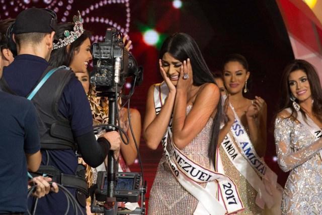 CAR002. CARACAS (VENEZUELA), 09/11/2017. La morena Sthefany Gutiérrez (c), representante del estado Delta Amacuro (noreste), se corona como la reina del certamen de belleza nacional Miss Venezuela hoy, jueves 09 de noviembre del 2017, en la ciudad de Caracas (Venezuela). Gutiérrez recibió la corona de la también morena Keisy Sayago, que partirá en los próximos días a Estados Unidos para representar al país caribeño en el Miss Universo. EFE/Nathalie Sayago