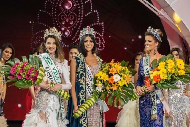 CAR005. CARACAS (VENEZUELA), 09/11/2017. La morena Sthefany Gutiérrez (c), representante del estado Delta Amacuro (noreste), se corona como la reina del certamen de belleza nacional Miss Venezuela junto a la representante de Vargas (litoral central), Veruska Ljubisavljevic (d), y a la representante de Barinas, Mariem Velazco (i), hoy jueves, 09 de noviembre del 2017, en la ciudad de Caracas (Venezuela). Gutiérrez recibió la corona de la también morena Keisy Sayago, que partirá en los próximos días a Estados Unidos para representar al país caribeño en el Miss Universo. EFE/Nathalie Sayago