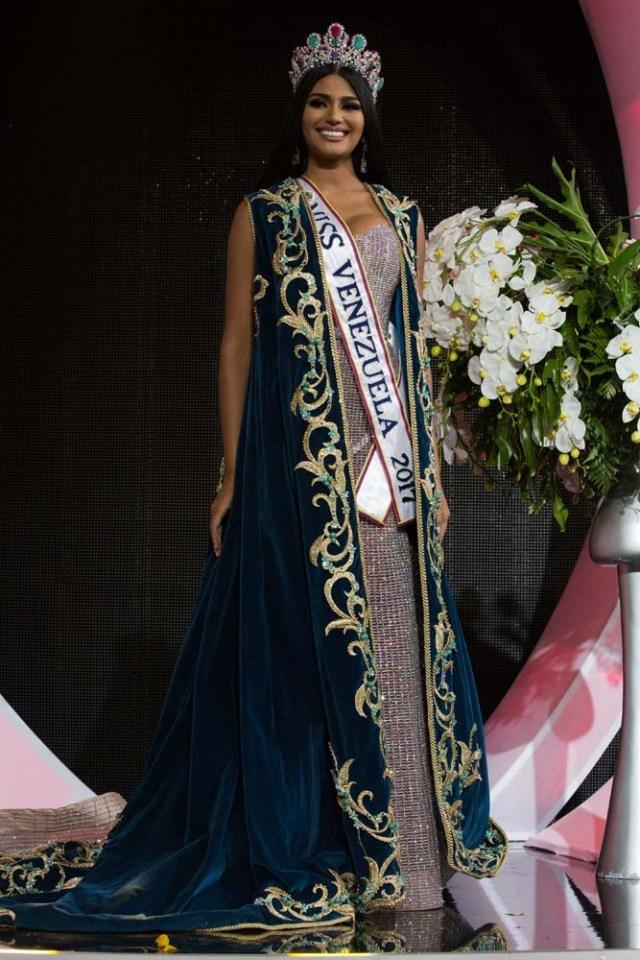 CAR006. CARACAS (VENEZUELA), 09/11/2017. La morena Sthefany Gutiérrez, representante del estado Delta Amacuro (noreste), se corona como la reina del certamen de belleza nacional Miss Venezuela hoy, jueves 09 de noviembre del 2017, en la ciudad de Caracas (Venezuela). Gutiérrez recibió la corona de la también morena Keisy Sayago, que partirá en los próximos días a Estados Unidos para representar al país caribeño en el Miss Universo. EFE/Nathalie Sayago