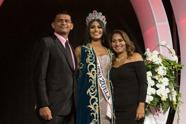 CAR014. CARACAS (VENEZUELA), 09/11/2017. La morena Sthefany Gutiérrez (c), representante del estado Delta Amacuro (noreste), posa para fotos junto a sus padres después de ser coronada como la reina del certamen de belleza nacional Miss Venezuela hoy, jueves 09 de noviembre del 2017, en la ciudad de Caracas (Venezuela). Gutiérrez recibió la corona de la también morena Keisy Sayago, que partirá en los próximos días a Estados Unidos para representar al país caribeño en el Miss Universo. EFE/Nathalie Sayago