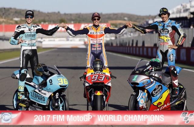 GRA195. VALENCIA, 12/11/2017- Los campeones del mundo de motociclismo en las categorias de MotoGP, Marc Márquez (c); Moto2, Franco Morbidelli (d) y Moto3, Joan Mir (i) , posan para la prensa tras finalizar hoy en el circuito Ricardo Tormo de Cheste la última prueba del mundial.EFE/ kai Forsterling