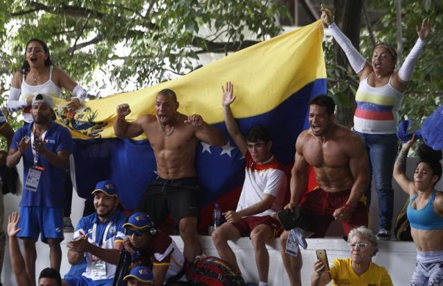 Miembros de la delegación de Venezuela celebran hoy, lunes 13 de noviembre de 2017, durante las competencias de lucha en los XVIII Juegos Bolivarianos que se disputan en la ciudad colombiana de Santa Marta. EFE/Luis Eduardo Noriega A.