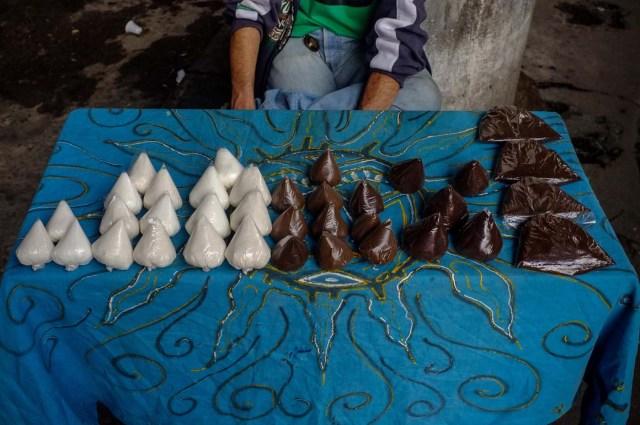 ACOMPAÑA CRÓNICA: VENEZUELA CRISIS - CAR001. CARACAS (VENEZUELA), 19/11/2017.- Fotografía del 17 de noviembre de 2017, que muestra bolsas de azúcar y café a la venta en un puesto informal en una calle de Caracas (Venezuela). Venezuela es el país del mundo con mayores reservas de petróleo, pero el empobrecimiento de sus habitantes les ha abocado a comprar cucharadas de comida para intentar burlar una escasez de alimentos que se ha agravado en los últimas semanas, cuando la economía entró en una espiral hiperinflacionaria. Productos de consumo diario como el café, la harina, la leche y el azúcar son ofrecidos ahora en bolsitas que pesan entre 50 y 150 gramos, cuyos precios suben cada día en los puestos ambulantes de los barrios populares al margen de las regulaciones impuestas por el Gobierno de Nicolás Maduro. EFE/Cristian Hernández