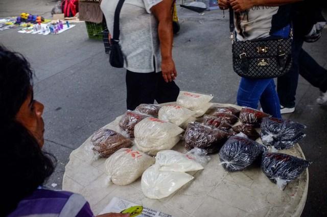 ACOMPAÑA CRÓNICA: VENEZUELA CRISIS - CAR002. CARACAS (VENEZUELA), 19/11/2017.- Fotografía del 17 de noviembre de 2017, que muestra bolsas de varios productos a la venta en un puesto informal en una calle de Caracas (Venezuela). Venezuela es el país del mundo con mayores reservas de petróleo, pero el empobrecimiento de sus habitantes les ha abocado a comprar cucharadas de comida para intentar burlar una escasez de alimentos que se ha agravado en los últimas semanas, cuando la economía entró en una espiral hiperinflacionaria. Productos de consumo diario como el café, la harina, la leche y el azúcar son ofrecidos ahora en bolsitas que pesan entre 50 y 150 gramos, cuyos precios suben cada día en los puestos ambulantes de los barrios populares al margen de las regulaciones impuestas por el Gobierno de Nicolás Maduro. EFE/Cristian Hernández