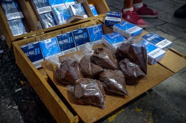 ACOMPAÑA CRÓNICA: VENEZUELA CRISIS - CAR003. CARACAS (VENEZUELA), 19/11/2017.- Fotografía del 17 de noviembre de 2017, que muestra bolsas de café a la venta en un puesto informal en una calle de Caracas (Venezuela). Venezuela es el país del mundo con mayores reservas de petróleo, pero el empobrecimiento de sus habitantes les ha abocado a comprar cucharadas de comida para intentar burlar una escasez de alimentos que se ha agravado en los últimas semanas, cuando la economía entró en una espiral hiperinflacionaria. Productos de consumo diario como el café, la harina, la leche y el azúcar son ofrecidos ahora en bolsitas que pesan entre 50 y 150 gramos, cuyos precios suben cada día en los puestos ambulantes de los barrios populares al margen de las regulaciones impuestas por el Gobierno de Nicolás Maduro. EFE/Cristian Hernández