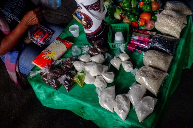 ACOMPAÑA CRÓNICA: VENEZUELA CRISIS - CAR006. CARACAS (VENEZUELA), 19/11/2017.- Fotografía del 17 de noviembre de 2017, bolsas de azúcar, leche y café a la venta en un puesto informal en una calle de Caracas (Venezuela). Venezuela es el país del mundo con mayores reservas de petróleo, pero el empobrecimiento de sus habitantes les ha abocado a comprar cucharadas de comida para intentar burlar una escasez de alimentos que se ha agravado en los últimas semanas, cuando la economía entró en una espiral hiperinflacionaria. Productos de consumo diario como el café, la harina, la leche y el azúcar son ofrecidos ahora en bolsitas que pesan entre 50 y 150 gramos, cuyos precios suben cada día en los puestos ambulantes de los barrios populares al margen de las regulaciones impuestas por el Gobierno de Nicolás Maduro. EFE/Cristian Hernández