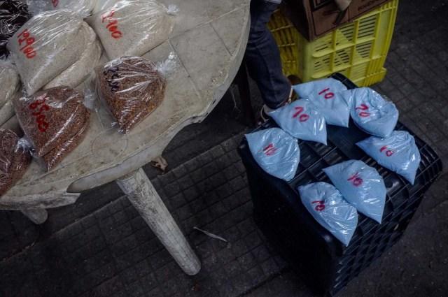 ACOMPAÑA CRÓNICA: VENEZUELA CRISIS - CAR009. CARACAS (VENEZUELA), 19/11/2017.- Fotografía del 17 de noviembre de 2017,que muestra bolsas de jabón detergente a la venta en un puesto informal en una calle de Caracas (Venezuela). Venezuela es el país del mundo con mayores reservas de petróleo, pero el empobrecimiento de sus habitantes les ha abocado a comprar cucharadas de comida para intentar burlar una escasez de alimentos que se ha agravado en los últimas semanas, cuando la economía entró en una espiral hiperinflacionaria. Productos de consumo diario como el café, la harina, la leche y el azúcar son ofrecidos ahora en bolsitas que pesan entre 50 y 150 gramos, cuyos precios suben cada día en los puestos ambulantes de los barrios populares al margen de las regulaciones impuestas por el Gobierno de Nicolás Maduro. EFE/Cristian Hernández