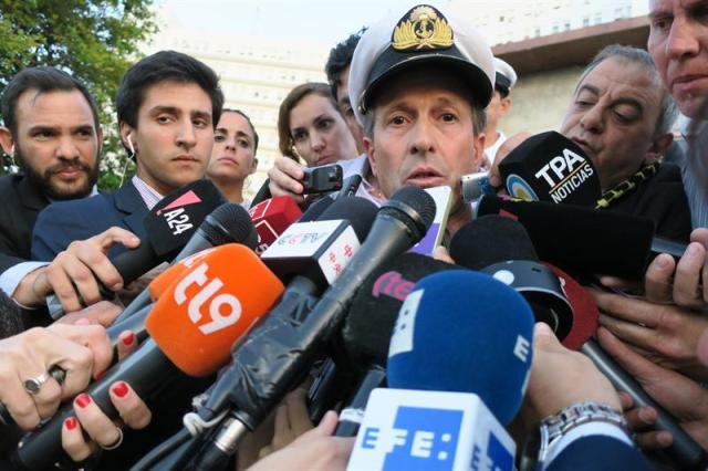 """El portavoz de la Armada argentina, Enrique Balbi (c), habla a los medios hoy, miércoles 22 de noviembre de 2017, en Buenos Aires (Argentina). Balbi informó que se está analizando una """"anomalía hidroacústica"""" que se detectó hace una semana en la zona del Atlántico donde se reportó por última vez el submarino ARA San Juan, un """"ruido"""" que fue registrado casi tres horas después de la última comunicación con la nave. EFE/Javier Caamaño"""