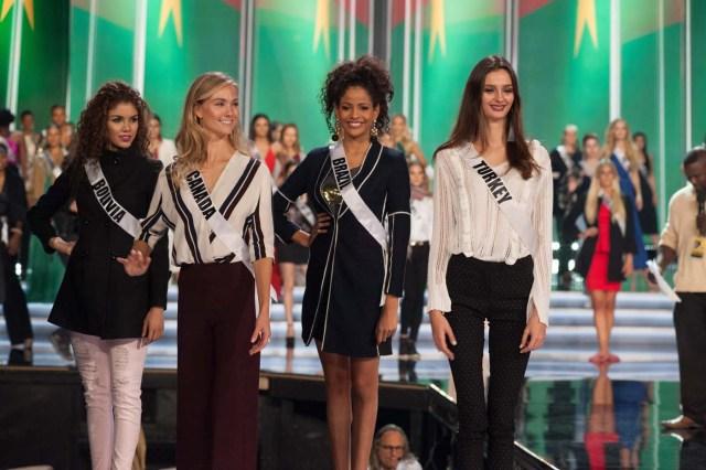 VEG002. LAS VEGAS (NV, EE.UU.), 23/11/2017.- Fotografía cedida por la Organización Miss Universo, donde aparecen de izquierda a derecha, las candidatas de de Bolivia, Gleisy Noguer Hassen; de Canadá, Lauren Howe; de Brasil, Monalysa Alcântara, y de Turquía, Pinar Tartan, durante un ensayo hoy, jueves 23 de noviembre de 2017, en el The AXIS at Planet Hollywood de Las Vegas (EE.UU.). Las 95 candidatas han estado ensayando, filmando y preparándose durante toda la semana para representar a sus países este 26 de noviembre, en Las Vegas, en el certamen de belleza más importante del mundo, Miss Universo. EFE/Patrick Prather/Miss Universo/SOLO USO EDITORIAL/NO VENTAS