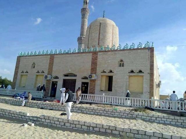 EPA077. ARISH (EGIPTO), 24/11/2017.- Varias personas permanecen en el exterior de una mezquita contra la que se ha perpetrado un ataque, en la ciudad de Al Arish, en el norte de la península del Sinaí (Egipto), hoy 24 de noviembre de 2017. Al menos 54 personas murieron y 75 resultaron heridas en el ataque terrorista, informó hoy la agencia oficial de noticias, MENA. Los atacantes colocaron artefactos explosivos de fabricación casera alrededor de la mezquita y los hicieron detonar a la salida de los fieles del rezo del viernes, el día sagrado para los musulmanes, indicó una fuente de seguridad a Efe, que añadió que las personas que pudieron escapar fueron tiroteadas por los extremistas. EFE/ Str MEJOR CALIDAD DISPONIBLE