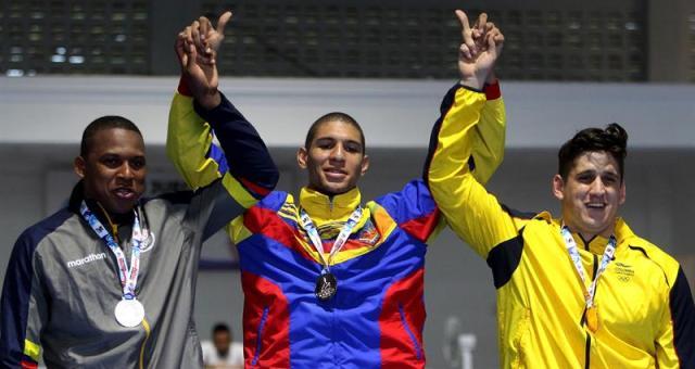 Luis Alvarez (c) de Venezuela, ganador de la medalla de oro, Jesús Perea (i) de Ecuador, ganador de la medalla de plata, y Walter Saldarriaga (d) de Colombia, ganador de la medalla de bronce. EFE