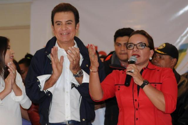 Xiomara Castro de Zelaya (d) habla junto al candidato de la alianza, Salvador Nassralla (c), durante una conferencia de prensa hoy, 26 de noviembre de 2017, en Tegucigalpa (Honduras).   EFE/Humberto Espinosa