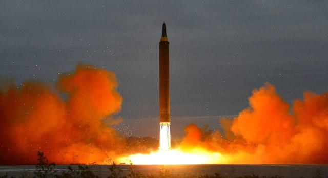 KCN01. PYONGYANG (COREA DEL NORTE), 28/11/2017.- Fotografía de archivo del 29 de agosto de 2017, cedida por la Agencia Central de Noticias de Corea del Norte (KCNA), la agencia de noticias estatal de Corea del Norte, que muestra el lanzamiento de un misil balístico de alcance intermedio, desde una ubicación desconocida en Corea del Norte. De acuerdo con los reportes de prensa hoy, martes 28 de noviembre de 2017, Corea del Norte lanzó un nuevo misil balístico. Según la agencia surcoreana de noticias Yonhap el misil voló hacia el este desde Pyongsong, provincia de Pyongan del Sur. Medios de Tokio reportan que el misil fue disparado hacia el este y aterrizó a unos 210 km al oeste de la isla japonesa de Kyurokujima. EFE/KCNA /SOLO USO EDITORIAL/ARCHIVO