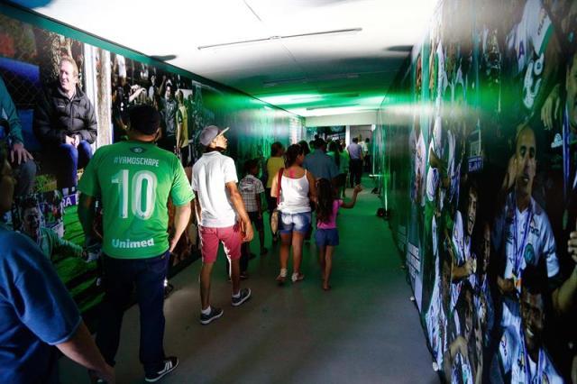 Un grupo de personas recorre el túnel de dos metros decorado con fotos de los jugadores y de algunos de los momentos más emocionantes del club de Chapecó hoy, miércoles 29 de noviembre de 2017, en Chapecó (Brasil). EFE/Marcio Cunha