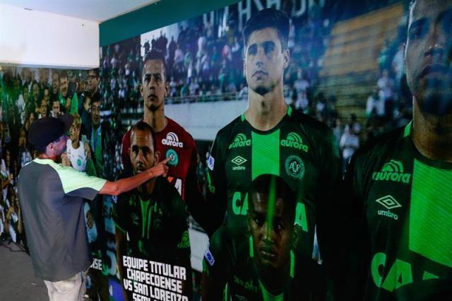 Un hombre recorre el túnel de dos metros decorado con fotos de los jugadores y de algunos de los momentos más emocionantes del club de Chapecó hoy, miércoles 29 de noviembre de 2017, en Chapecó (Brasil). EFE/Marcio Cunha