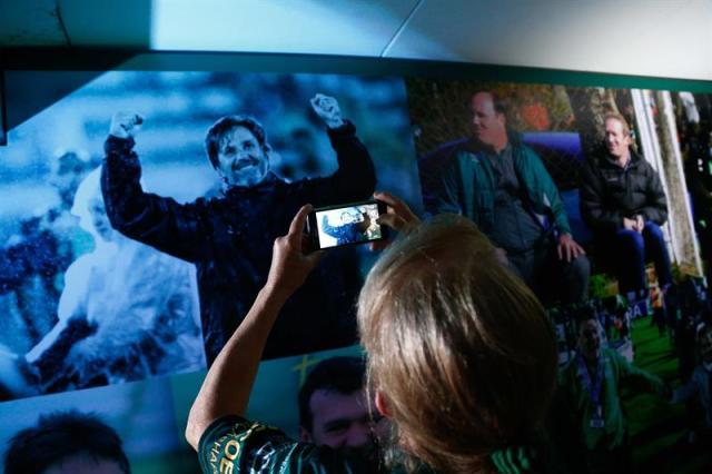 Una mujer recorre el túnel de dos metros decorado con fotos de los jugadores y de algunos de los momentos más emocionantes del club de Chapecó hoy, miércoles 29 de noviembre de 2017, en Chapecó (Brasil). EFE/Marcio Cunha