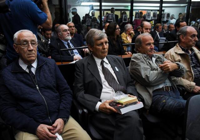Los exmilitares Jorge Eduardo Acosta y Alfredo Astiz fueron hoy condenados a prisión perpetua en un juicio por crímenes de lesa humanidad en Argentina y que se ha centrado en crímenes cometidos en la Escuela de Mecánica de la Armada (ESMA) durante la última dictadura (1976-1983). EFE/Downes Florencia