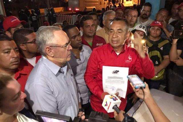 El candidato respaldado por el gobierno, el general Justo Noguera, vestido con el color rojo del Partido Socialista, fue proclamado gobernador del estado de Bolívar en una apresurada ceremonia nocturna. FOTO: OFICINA DEL GOBERNADOR DE BOLIVAR