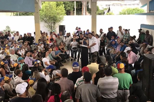 Andrés Velásquez, en el atril, realizó una concentración en Ciudad Bolívar recientemente para denunciar los resultados de las elecciones como fraudulentos. FOTO: ANATOLY KURMANAEV / THE WALL STREET JOURNAL