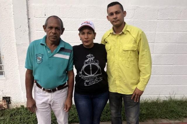 Los testigos electorales de la oposición de El Casabe, Aires Pérez Rodríguez, a la derecha, con su tío, izquierda, y su tía que condujeron su cuenta de votos a la capital del estado. FOTO: ANATOLY KURMANAEV / THE WALL STREET JOURNAL