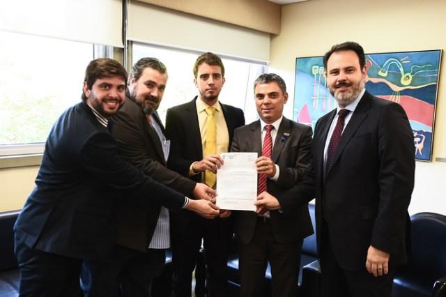Presidente Cassio Trogildo e vereadores recebem o diretor de participação cidadã da Assembleia Nacional da Venezuela, Cristofer Correia.