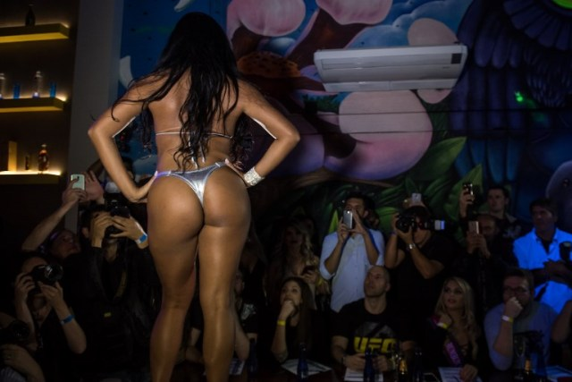 A competitor poses on the catwalk during the Miss Bumbum Brazil 2017 pageant in Sao Paulo on November 07, 2017. Fifteen candidates are competing in the annual pageant to select the Brazil's sexiest female rear end. / AFP PHOTO / NELSON ALMEIDA