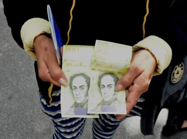 Pensionados hacen colas para cobrar - Fotos: News Report