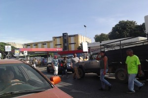 Abuelo aplastó accidentalmente a su pequeño nieto durante cola para surtir gasolina en Guárico