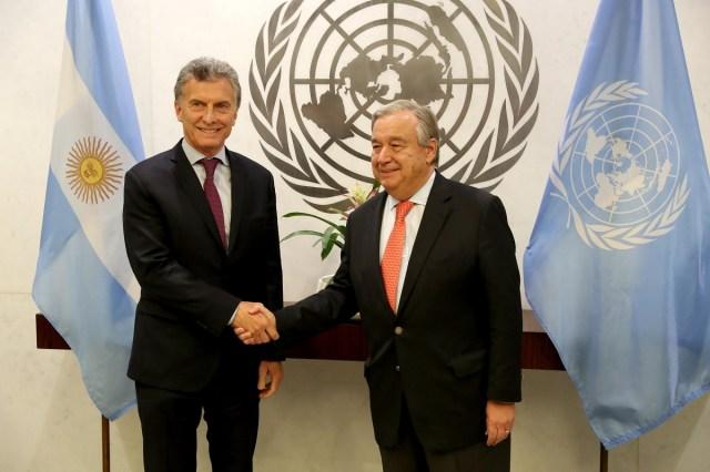 AGX02. NUEVA YORK (NY, EE.UU.), 07/11/2017. El presidente de Argentina, Mauricio Macri (i), se reúne con el secretario general de la Organización de las Naciones Unidas (ONU), Antonio Guterres (d), hoy martes, 7 de noviembre de 2017, en la sede de la ONU en Nueva York, Nueva York (EE.UU.). EFE/Andrew Gombert
