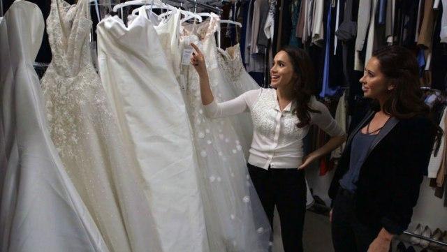 Foto: Meghan Markle eligiendo el vestido de novia que llevó su personaje en Suits / RevistaLove