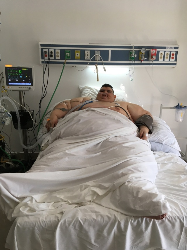 """This handout picture released by Gastric Bypass Mexico hospital press office shows Mexican 32-year-old Juan Pedro Franco at the intensive care room, where he recovers after an operation to reduce weight in Guadalajara, Jalisco state, Mexico on November 23, 2017. Franco was the heaviest man in the world, but almost a year ago he underwent a treatment and managed to lose about 200 kg. He now underwent surgery again with the hope of walking again after seven years of not doing so. / AFP PHOTO / Gastric Bypass Mexico / HO / RESTRICTED TO EDITORIAL USE - MANDATORY CREDIT """"AFP PHOTO / GASTRIC BYPASS MEXICO """" - NO MARKETING - NO ADVERTISING CAMPAIGNS - DISTRIBUTED AS A SERVICE TO CLIENTS --- TO GO WITH AFP STORY by YEMELI ORTEGA"""