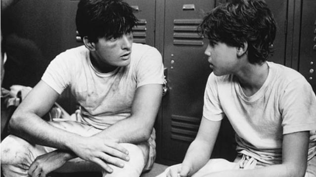 """Charlie Sheen con Corey Haim en una escena de la película """"Lucas"""", en 1986"""