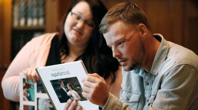 El hombre revisa el álbum familiar de la pareja (AP)
