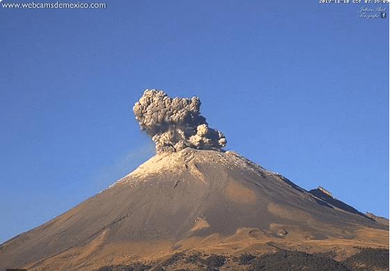 Explosión del Volcán Popocatépetl en México Foto: @webcamsdemexico