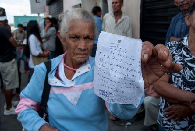 Cola para cobrar pensión / Foto: Karen Paradas