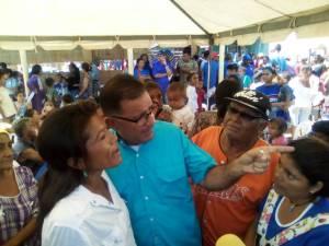Juan Carlos Fernández inicia campaña llevando alimentos a los más necesitados de Maracaibo