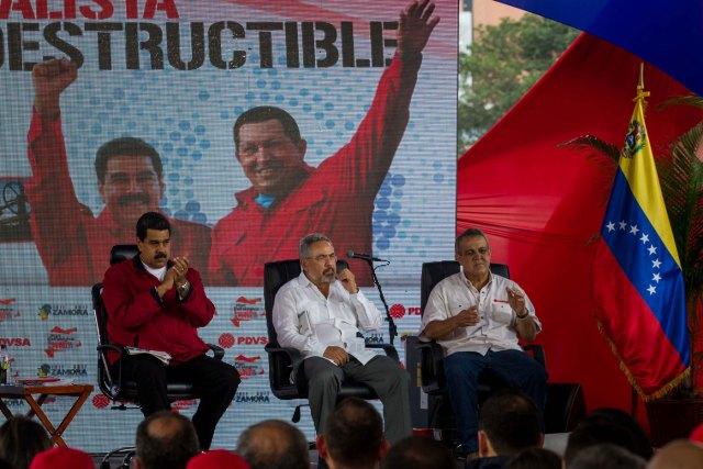 El presidente de Venezuela, Nicolás Maduro (i), el ministro de Energía y Petróleos de Venezuela, Nelson Martínez (c) y el presidente de la Estatal de Petróleos de Venezuela (PDVSA), Eulogio Pino (d), participan de un acto de Gobierno hoy, martes 31 de enero de 2017, en Caracas (Venezuela).