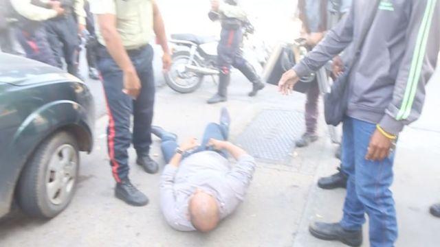 Luego de ser salvajemente golpeado por funcionarios de Poliurbaneja, Carlos Ochoa quedó inconsciente en el piso y con lesiones (Foto Instagram/Manuel Ferreira)