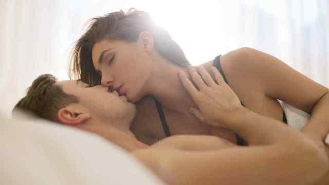 pareja-besandose-en-la-cama
